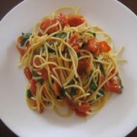 Spaghetti with Cherry Tomato, Spinach and Garlic Sauce